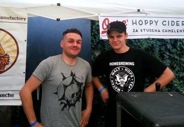 """Vlado Kaznakov (vľavo) spolupracuje s ďalšími """"kočovníkmi"""" . Na snímke s Danielom Obcovičom z Hellstorku. Snímka: Facebook"""