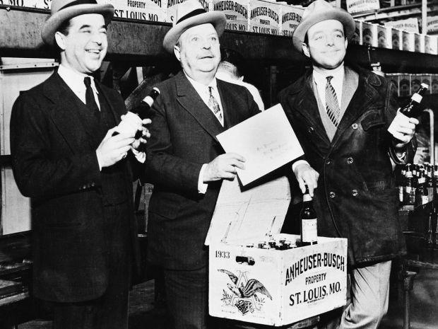 Riaditeľ pivovaru Anheuser-Bush August Bush (v strede) na snímke so svojim dvoma synmi Adolphusom III (vľavo) a Augustom Jr. v roku 1933 pózujú po skončení prohibície v USA.