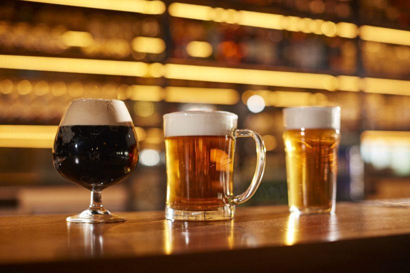 Pivo, pivné poháre, tmavé pivo, čapovanie