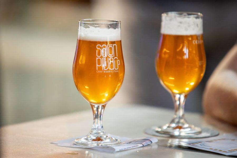 Salón piva, pohár, pivo