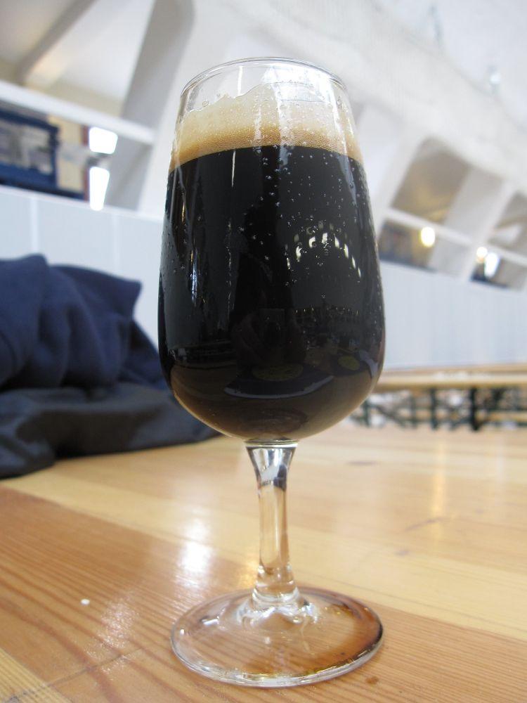 tmaveé pivo, stout, pivo, pohár, koktaily