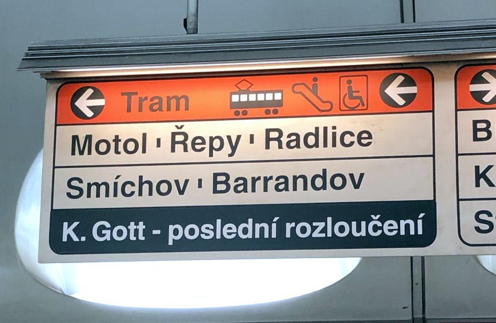 Praha. Tabuľa v metre, ktorá mala usmerniť pútnikov.