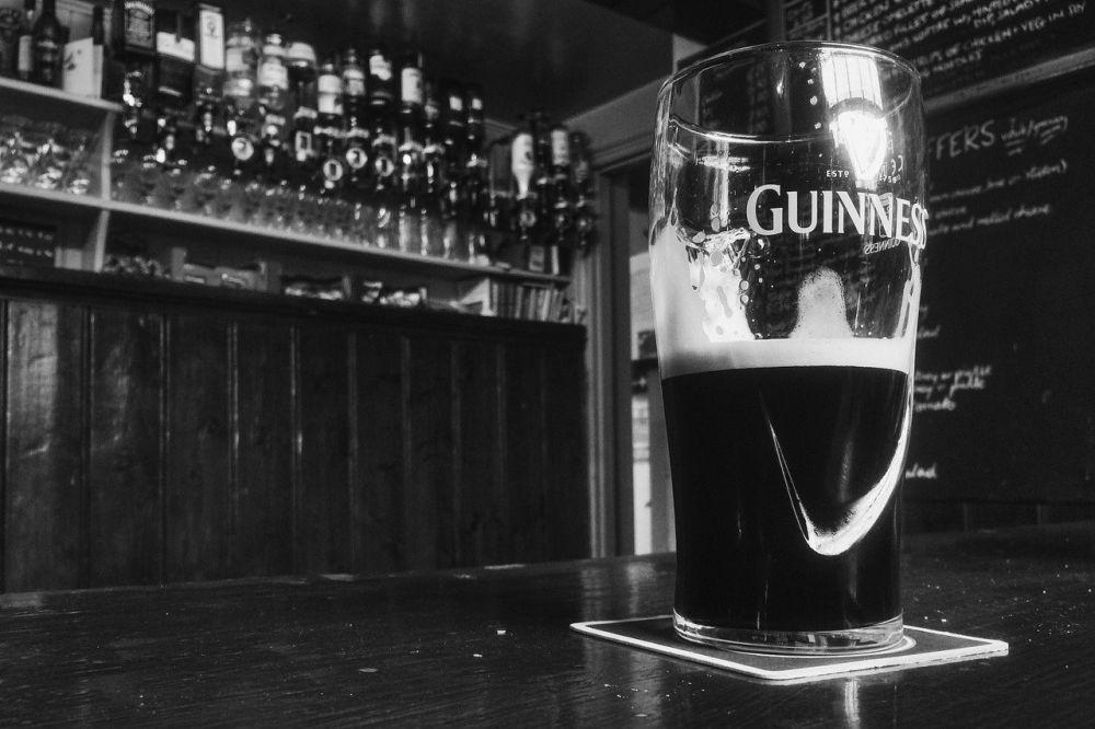Pohár s pivom Guinness.