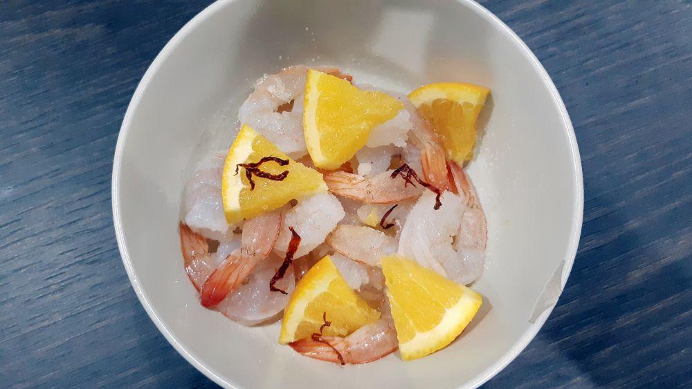Základ receptu - krevety a pomaranče.